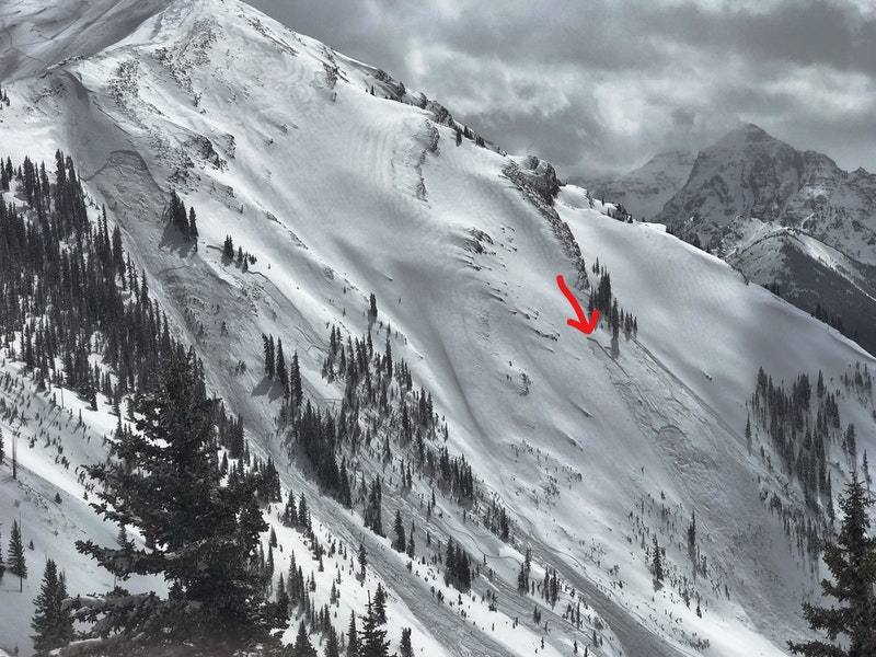<b>Figure 2:</b> Maroon Bowl on April 8. The avalanche in the left portion of the image was triggered with explosives. The avalanche on the right, indicated by the red arrow, is the accident site. (Image courtesy of Art Burrows) (<a href=javascript:void(0); onClick=win=window.open('https://caic-production.imgix.net/0n1v73iax9emgcv6213fdfvvjw96?ixlib=php-3.1.0&s=780e6385a44accd578a4d908e99e2a99','caic_media','resizable=1,height=820,width=840,scrollbars=yes');win.focus();return false;>see full sized image</a>)