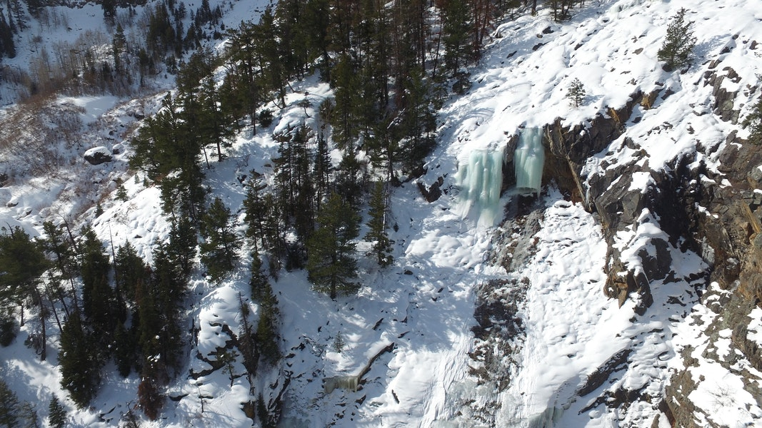 <b>Figure 6:</b> An aerial image of the upper portion of The Dungeon ice climb on January 20, 2020. A large chunk of ice broke away from the hanging pillar and triggered a small loose snow avalanche on the rock slab below. (<a href=javascript:void(0); onClick=win=window.open('https://caic-production.imgix.net/1hqq932glp5dci2r47lk213r9prg?ixlib=php-3.1.0&s=711dd50f2c79e561ef586c69204807f8','caic_media','resizable=1,height=820,width=840,scrollbars=yes');win.focus();return false;>see full sized image</a>)