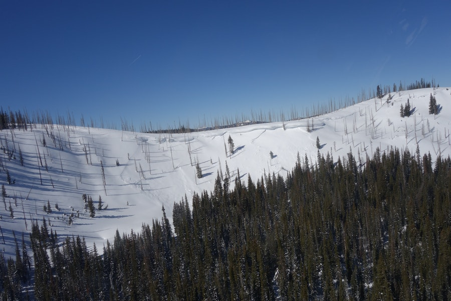 <b>Figure 11:</b> A recent avalanche to the north of the accident site, on the same ridgeline. The investigators saw this slide from the air and it is unclear if Riders 1 and 2 could see it from their approach. (<a href=javascript:void(0); onClick=win=window.open('https://caic-production.imgix.net/34k6eud2ofr729kur8g1gz80ot3p?ixlib=php-3.1.0&s=0aadcb4fcff58094c7b6533c01e481f4','caic_media','resizable=1,height=820,width=840,scrollbars=yes');win.focus();return false;>see full sized image</a>)
