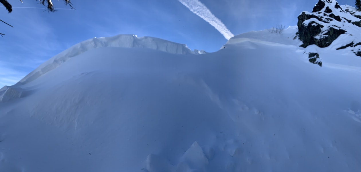 <b>Figure 1:</b> Panorama of avalanche crown (<a href=javascript:void(0); onClick=win=window.open('https://caic-production.imgix.net/383lobmw6h029sv8ythed7rz6wsv?ixlib=php-3.1.0&s=47c7605e00012a975512623a1dfdf6d9','caic_media','resizable=1,height=820,width=840,scrollbars=yes');win.focus();return false;>see full sized image</a>)