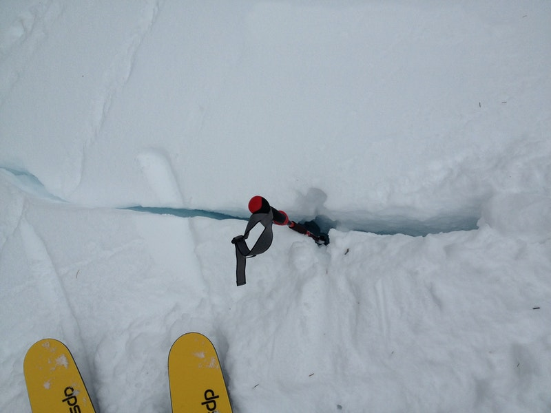 <b>Figure 12:</b> Cracks in snow on flank of the avalanche. (<a href=javascript:void(0); onClick=win=window.open('https://caic-production.imgix.net/97868k40neooi646dm023qkqjs1j?ixlib=php-3.1.0&s=3a60af41206b9acecad15b625e83df61','caic_media','resizable=1,height=820,width=840,scrollbars=yes');win.focus();return false;>see full sized image</a>)