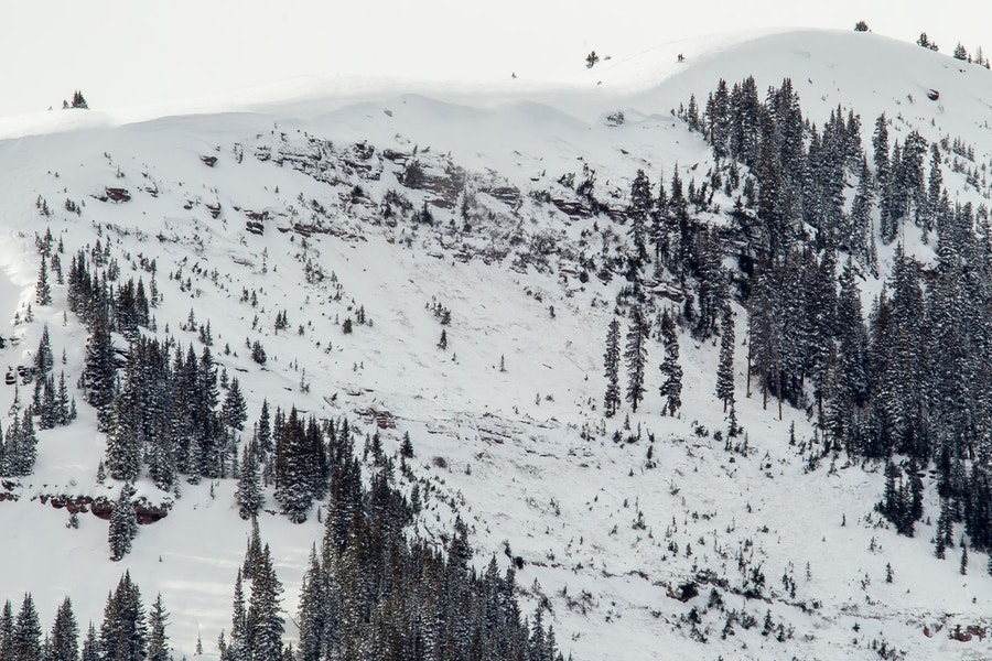 <b>Figure 2:</b> A view of the avalanche in the East Vail backcountry. Note skiers on the ridgeline for scale. (<a href=javascript:void(0); onClick=win=window.open('https://caic-production.imgix.net/9jqcz3kt6ot4e2qwhyivf6l3md5v?ixlib=php-3.1.0&s=16540da285074e85dcb9665d0356353e','caic_media','resizable=1,height=820,width=840,scrollbars=yes');win.focus();return false;>see full sized image</a>)