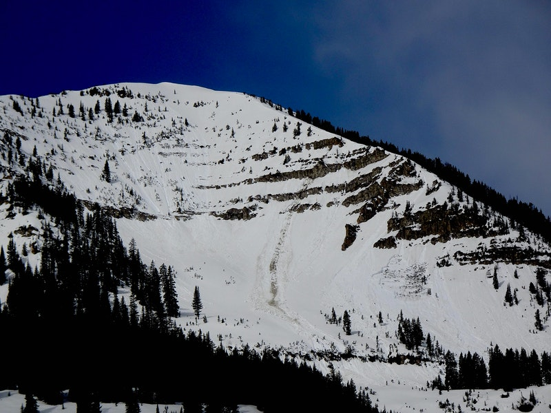 <b>Figure 2:</b> Small loose avalanches on shady east slope, gouging loose avalanche on sunny east slope, and a Wet Slab triggered by a loose avalanche.  Estimated to have ran on April 3 or 4. (<a href=javascript:void(0); onClick=win=window.open('https://caic-production.imgix.net/bxjumnw4qskiihx21uq39dnybvik?ixlib=php-3.1.0&s=04e52983a5f0f9902ad1b918f6b36bfd','caic_media','resizable=1,height=820,width=840,scrollbars=yes');win.focus();return false;>see full sized image</a>)