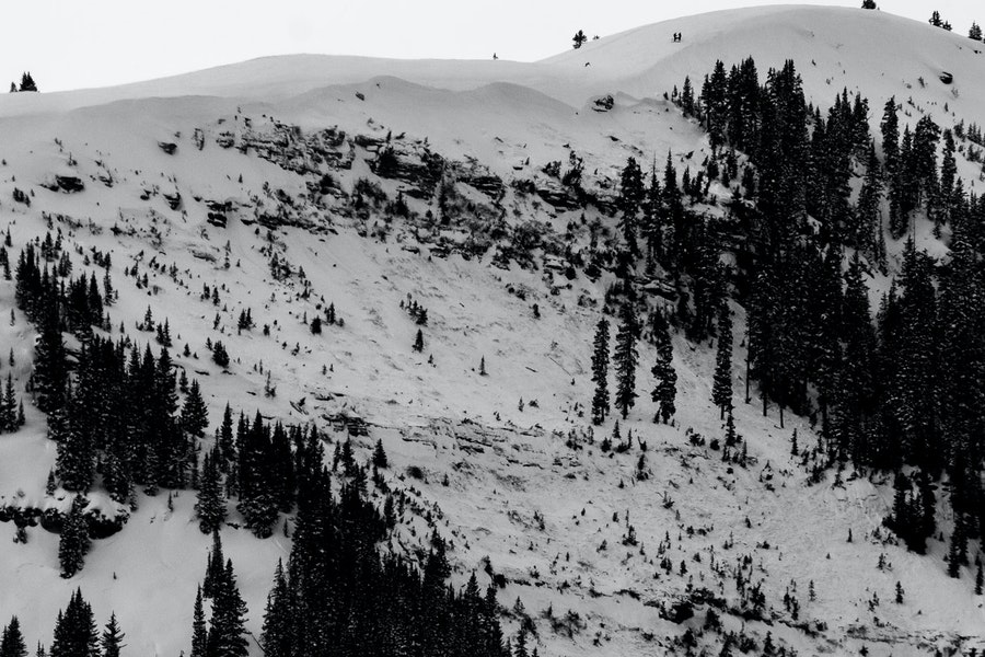 <b>Figure 3:</b> A view of the avalanche in the East Vail backcountry. Note skiers on the ridgeline for scale. (<a href=javascript:void(0); onClick=win=window.open('https://caic-production.imgix.net/drwo61rmv7zj6ewy4nx5yli1gut3?ixlib=php-3.1.0&s=e146e848f291a19dd74f04c8f299cbc2','caic_media','resizable=1,height=820,width=840,scrollbars=yes');win.focus();return false;>see full sized image</a>)