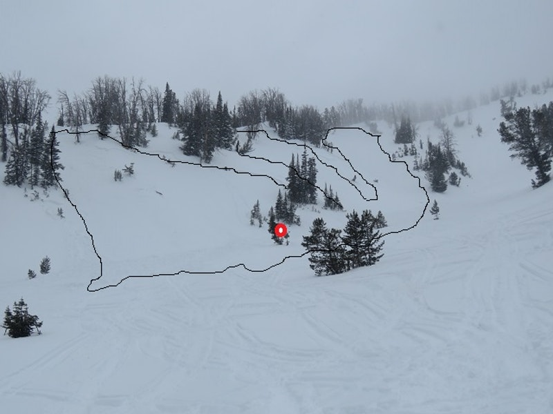 <b>Figure 4:</b> Photograph taken on January 10 that depicts the extent of the avalanche and the location where a 29 year old male was buried (red circle). (<a href=javascript:void(0); onClick=win=window.open('https://caic-production.imgix.net/ewkgc7yqcewvltzkhviadbbpe7qf?ixlib=php-3.1.0&s=b4b0a327eccf640b507a1a5d2567bcb1','caic_media','resizable=1,height=820,width=840,scrollbars=yes');win.focus();return false;>see full sized image</a>)
