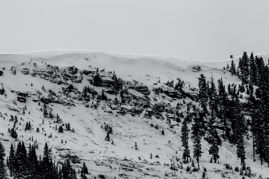 <b>Figure 6:</b> A view of the avalanche in the East Vail backcountry. Note skiers on the ridgeline for scale. (<a href=javascript:void(0); onClick=win=window.open('https://caic-production.imgix.net/f85mhplihcsu9w6k5sx9bh37uxhi?ixlib=php-3.1.0&s=12c3f1d31b4d20e5d8f542f5fa8722b8','caic_media','resizable=1,height=820,width=840,scrollbars=yes');win.focus();return false;>see full sized image</a>)