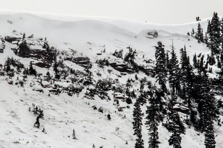 <b>Figure 3:</b> A view of the avalanche in the East Vail backcountry. Note skiers on the ridgeline for scale. (<a href=javascript:void(0); onClick=win=window.open('https://caic-production.imgix.net/hotdknscsyrxupl1tm0x6ay0eak2?ixlib=php-3.1.0&s=57f01ab3a18578b46e8e3c822a22826e','caic_media','resizable=1,height=820,width=840,scrollbars=yes');win.focus();return false;>see full sized image</a>)