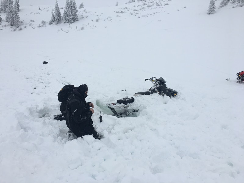 <b>Figure 5:</b> GCSAR members working to excavate Rider 1's sled from the avalanche debris. Image courtesy GCSAR. (<a href=javascript:void(0); onClick=win=window.open('https://caic-production.imgix.net/nlnnhfeefyzw8u19a99uc9v16dq6?ixlib=php-3.1.0&s=b85dac16721359019aa7ceae1e81a0e7','caic_media','resizable=1,height=820,width=840,scrollbars=yes');win.focus();return false;>see full sized image</a>)
