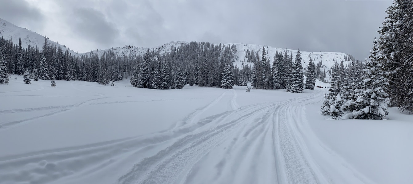 <b>Figure 2:</b> Looking at the crown face of this fatal avalanche. This avalanche was about 3/4 of a mile wide from the saddle on the left of the image to the knob on the right. It ran about 400 vertical feet. (<a href=javascript:void(0); onClick=win=window.open('https://caic-production.imgix.net/sm8hryuq9snx80doylt2pc4ksmnh?ixlib=php-3.1.0&s=863162c66238a41fb1388e8eb4b03889','caic_media','resizable=1,height=820,width=840,scrollbars=yes');win.focus();return false;>see full sized image</a>)