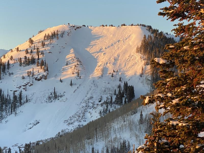 <b>Figure 2:</b> This photo shows the avalanche on the lower right side of the mountain. (<a href=javascript:void(0); onClick=win=window.open('https://caic-production.imgix.net/uw5harz6ntyhpz60hvwjohu0ysid?ixlib=php-3.1.0&s=182a98213809960c2ba5139c723f5c3c','caic_media','resizable=1,height=820,width=840,scrollbars=yes');win.focus();return false;>see full sized image</a>)