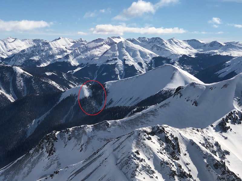 <b>Figure 1:</b> Aerial image of a natural avalanche (circled in red) that caught and buried two backcountry skiers. (<a href=javascript:void(0); onClick=win=window.open('https://caic-production.imgix.net/wugj86asscxyxwwge71qnbyp58dx?ixlib=php-3.1.0&s=ceff9e37e7aa6d384e6c8539ebdcefa4','caic_media','resizable=1,height=820,width=840,scrollbars=yes');win.focus();return false;>see full sized image</a>)