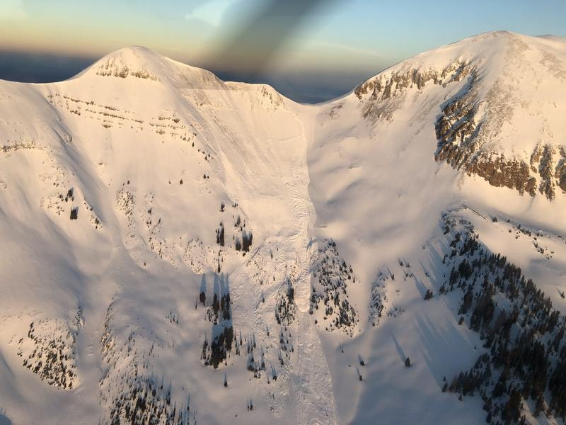 <b>Figure 1:</b> View of the avalanche from the air. (<a href=javascript:void(0); onClick=win=window.open('https://caic-production.imgix.net/yoi0xhcmg84mw24l5vvltcl3uqff?ixlib=php-3.1.0&s=c2fd6cae3dc251be00df423c83f222ca','caic_media','resizable=1,height=820,width=840,scrollbars=yes');win.focus();return false;>see full sized image</a>)
