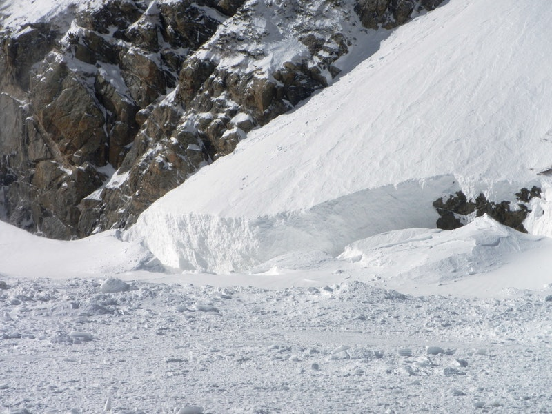 <b>Figure 5:</b> Looking south to where a portion of the avalanche plunged into St Marys Lake. The climber was found at the lake margin in the avalanche debris. (<a href=javascript:void(0); onClick=win=window.open('https://caic-production.imgix.net/yrfuvjhumuonr89wu9xmufvr3r6u?ixlib=php-3.1.0&s=8cb8a1c17f93dec5eadb3ec60f6dd5b2','caic_media','resizable=1,height=820,width=840,scrollbars=yes');win.focus();return false;>see full sized image</a>)